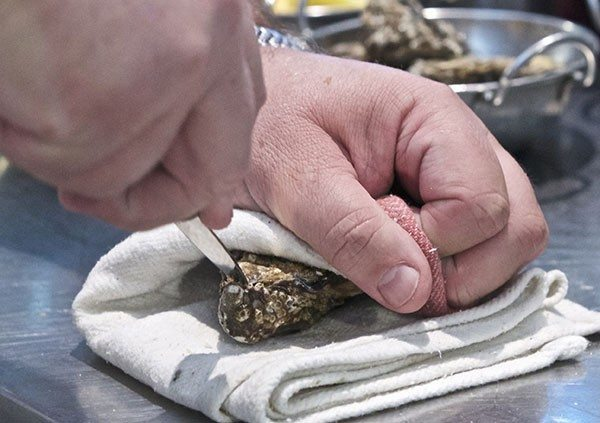 Restaurants Brighton, Grand Hotel, Brighton, How to Shuck oysters, video