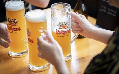 tast with friends at pub
